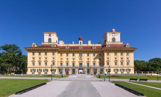 Schloss Esterházy unter blauem Himmel