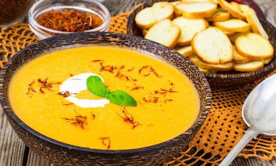 Safran Suppe und Brot Croutons